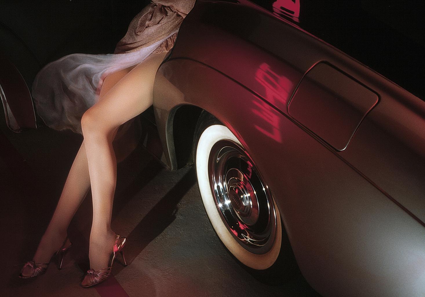 auto, ženské nohy