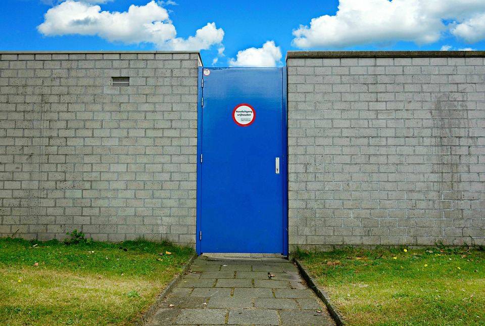 dvere, múr