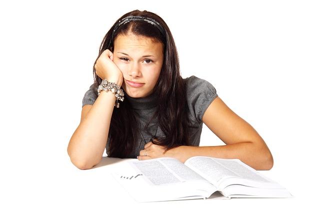 dívka u knihy