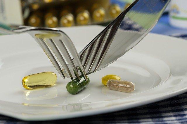 Tabletky na tanieri, ktoré sú krájané nožíkom.jpg