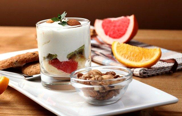 Jogurt s ovocím v sklenenom pohári a orechy.jpg