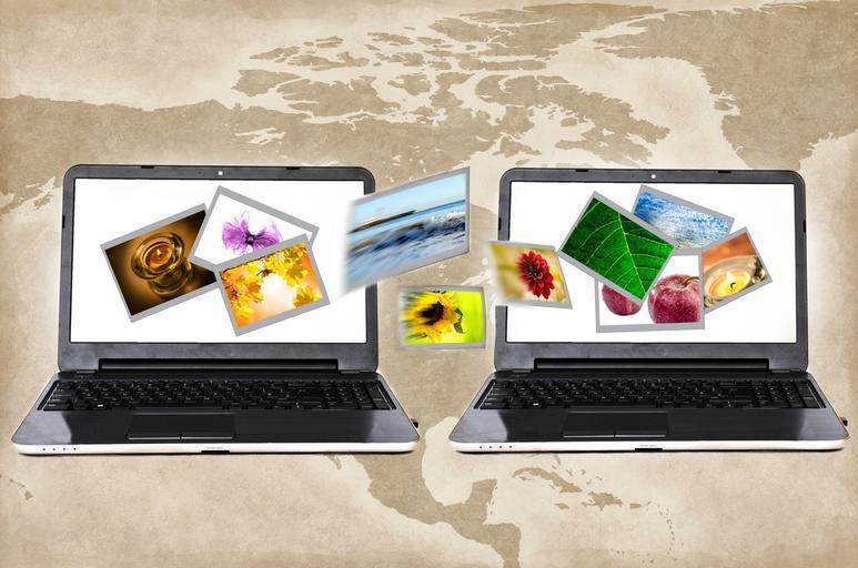 Dva laptopy, obráky, internet