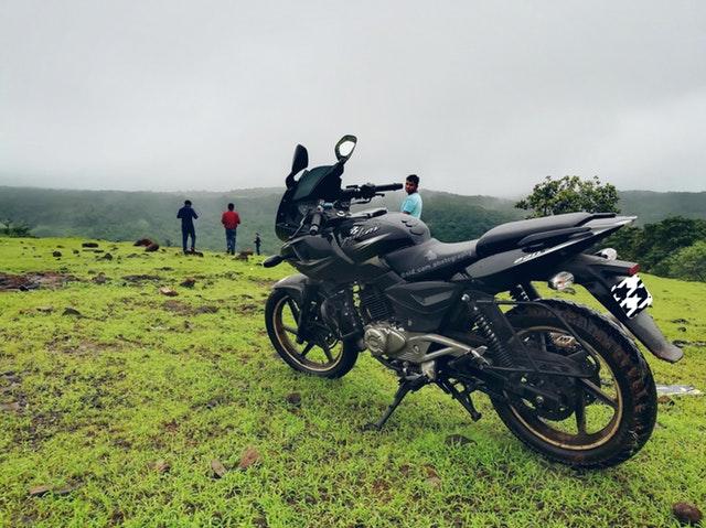 zaparkovaná motorka.jpg
